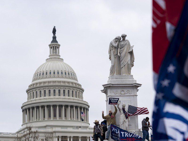 華盛頓當地時間6日發生暴力示威。部分示威者衝進國會大廈,與警方發生衝突。  新華社