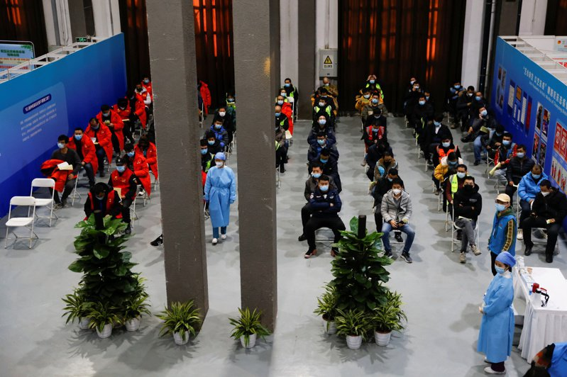 北京接種疫苗民眾已逾百萬人次,圖為民眾接種疫苗後,留在觀察室觀察。(路透)