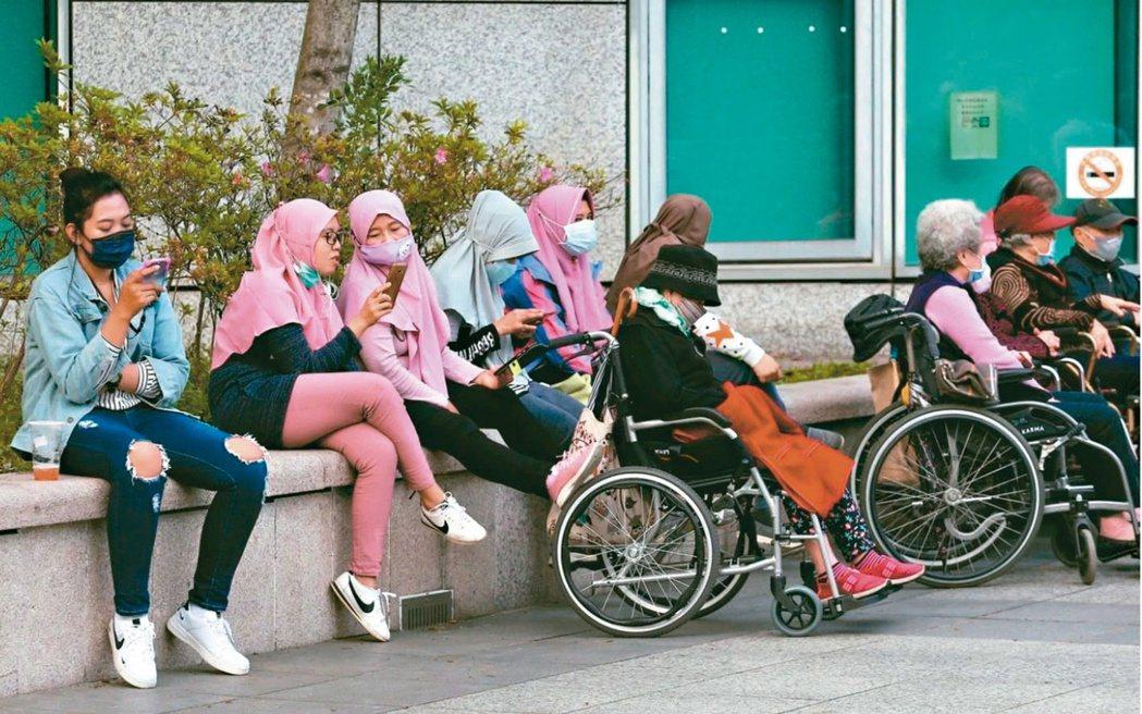印尼政府宣布,原訂15日上路的移工零付費政策,延後半年至7月15日起實施。(本報...