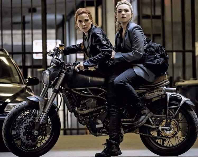 「黑寡婦」中安排思嘉莉約翰森(左)與佛蘿倫絲普伊交接。圖/摘自imdb