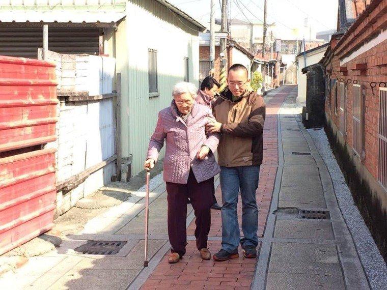 前總統陳水扁的母親陳李慎15日晚上辭世,享壽94歲。圖為扁媽(左)與陳致中(右)...