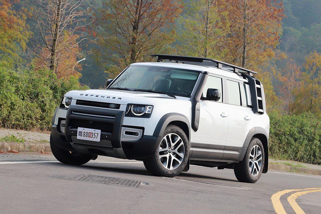 拍攝車輛配置Explorer Pack探險家套件,車頭多了防護保桿、車頂置物架、...