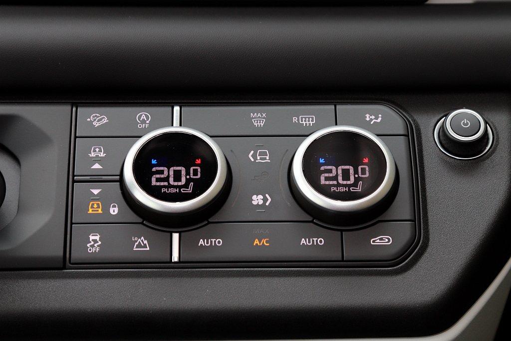 透過兩大旋鈕(內螢幕顯示空調溫度)可以進行溫度/風量調節以及Terrain Re...