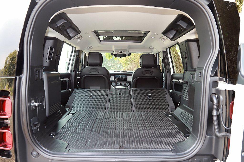 空間機能方面,新世代Land Rover Defender可透過第二排座椅傾倒來...