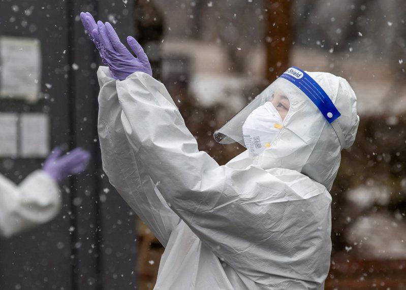 南韓中央災難安全對策本部16日召開記者會,發布防疫響應措施調整方案,現行防疫響應和禁止5人以上聚會的措施再延長兩周,並將下月1日至14日定為「春節特別防疫期」,加強防疫。 路透社
