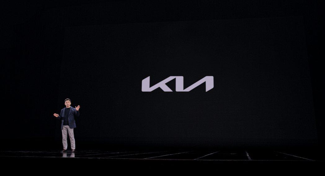 KIA執行長宋浩成 (송호성) 揭示品牌全新廠徽與企業願景。 摘自Kia