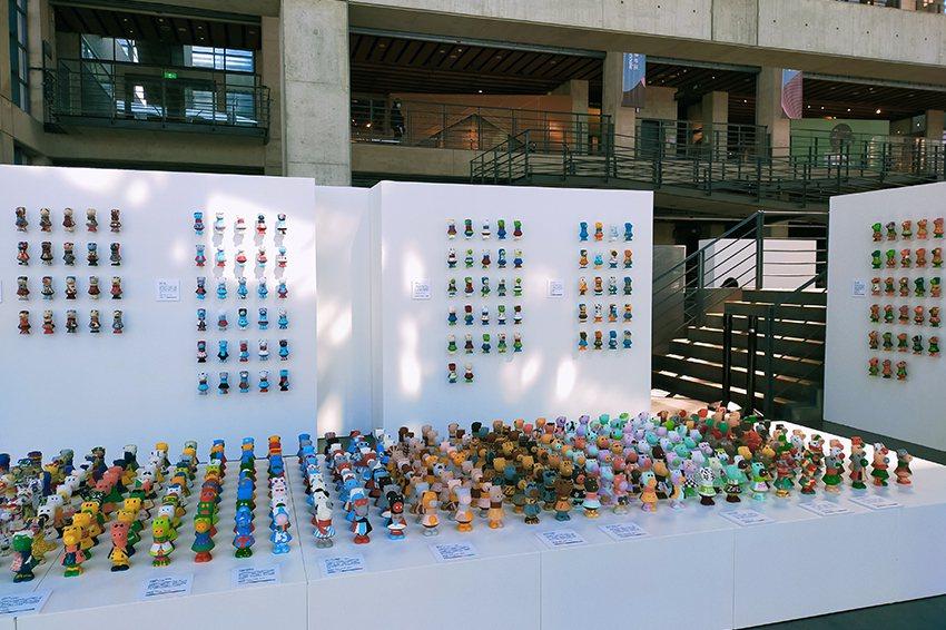 由北臺灣35所學校學生參與彩繪近千件「小感動牛」的陶瓷彩繪作品,於陶博館展出。 ...