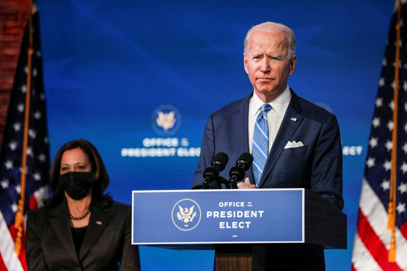 大舉「回收」歐巴馬外交團隊的拜登(右),如何舊中求變是首要挑戰。路透