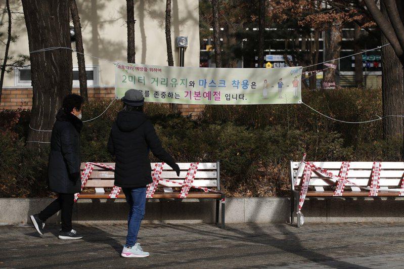 為確實遏制疫情,韓國政府今天宣布既有社交距離規範及5人以上聚會禁令延長實施2週,並在2月1日至14日實施春節特別防疫。美聯社