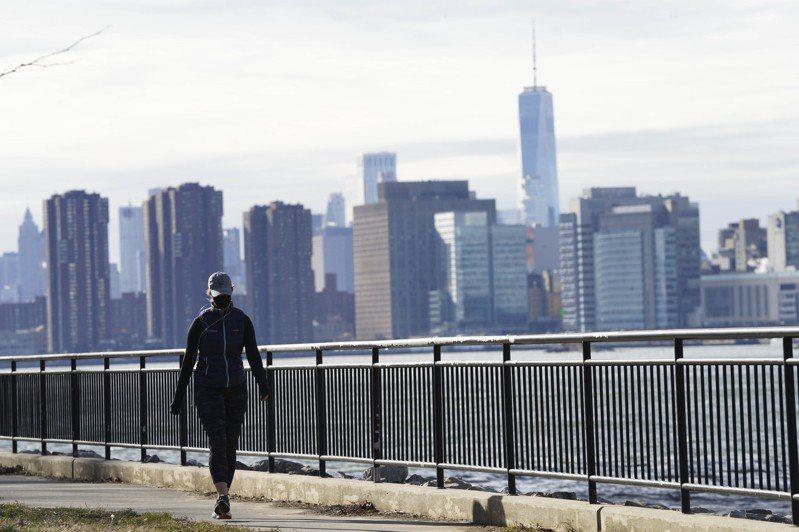 美國疾病管制暨預防中心(CDC)今天警告,英國變種病毒可能在今年3月之前成為在美國流行的主要病毒株。圖為美國紐約一名女子在河畔散步。新華社