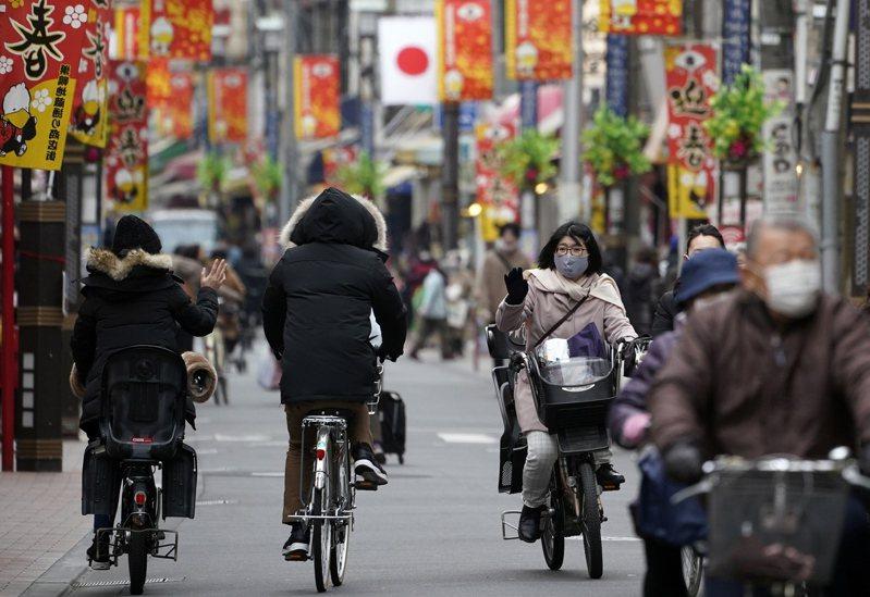 日本東京都疫情持續延燒,今天新增1809例確診病例,創週六次高紀錄,是連續4天單日新增逾千例。日媒觀察,東京都內鬧區部分餐飲店未配合提前打烊,反因客人聚集更顯擁擠。 歐新社