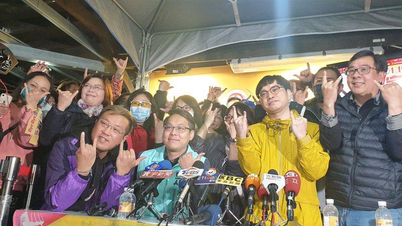 霸王總部熱烈慶祝罷免王浩宇成功。 聯合報系記者鄭國樑/攝影