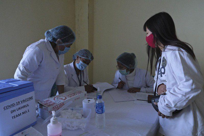印度免費接種新冠肺炎疫苗計畫到昨天是第3天,衛福部統計,已有約38.1萬人接種,有580人接種後出現不良反應;另有2人接種後死亡,但官方稱與疫苗接種無關。 美聯社