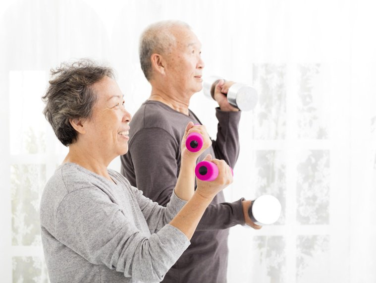 銀髮族除了伸展運動外,還應加入有氧、肌力、平衡等運動。圖/123RF