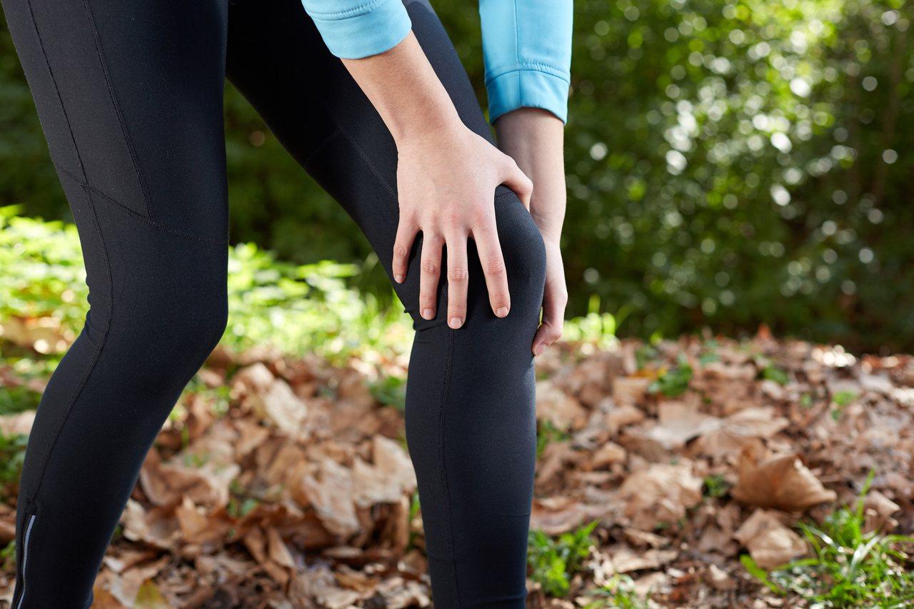 運動不當、盤腿坐或跪坐太久,恐導致膝關節提早退化。圖/123RF