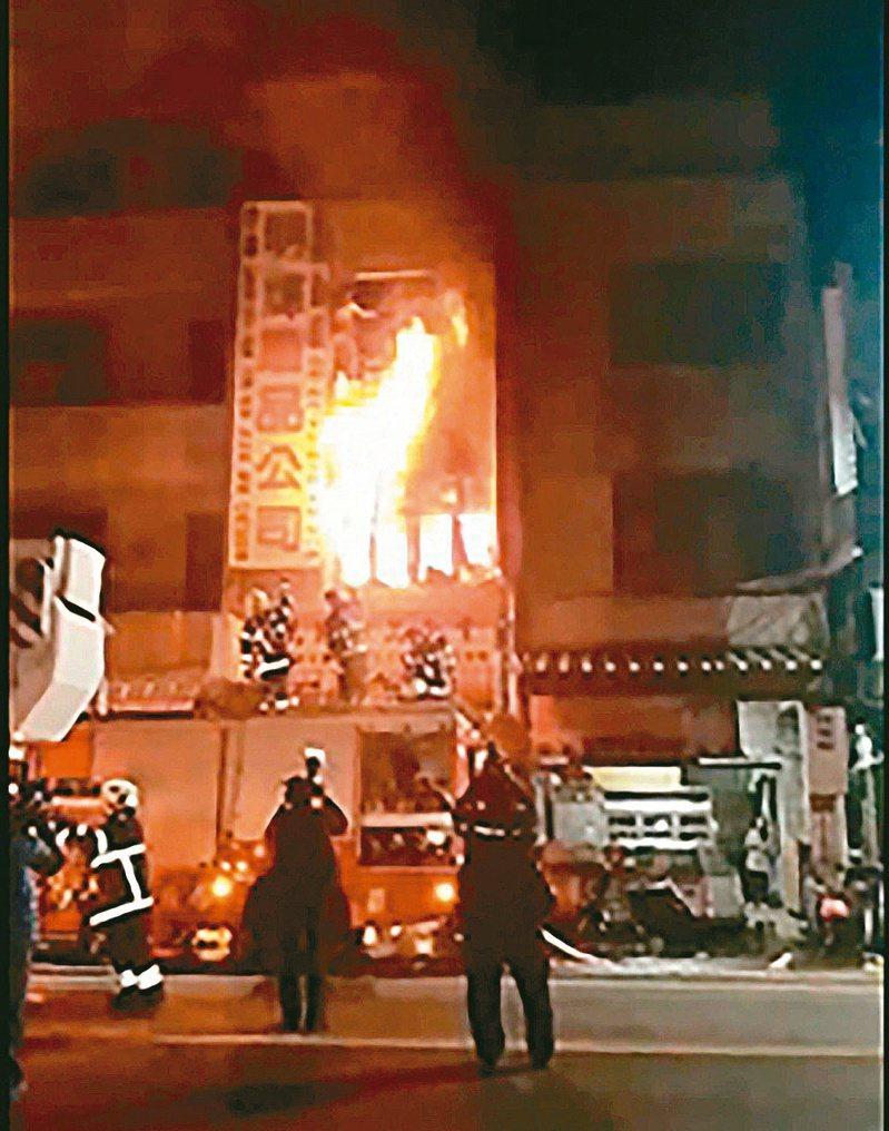 警消到場時,二樓冒出大量火煙,武姓婦人站在三樓外牆抱著女嬰不斷喊「救命」,消防員冒險掛梯搶救。圖/蔡啟川授權提供