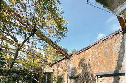 「大和頓物所」坐落於台鐵竹田車站前面,保留了原本碾米廠廢墟的斷垣殘壁,另外在廢墟...