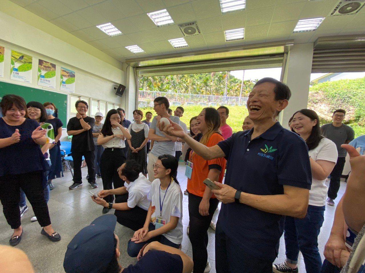 誠致基金會創辦人方新舟(前排右)是矽谷創業家,也是台灣翻轉教育推手。圖/誠致教育...