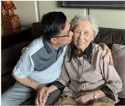 陳水扁與扁媽陳李慎(右)。圖/取自陳水扁臉書