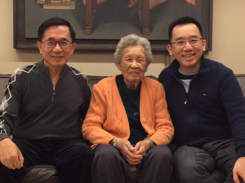 前總統陳水扁(左)母親陳李慎(扁媽,中)昨天過世,扁媽的長孫陳致中在臉書PO出3人合照追思阿嬤。圖/翻攝陳致中臉書
