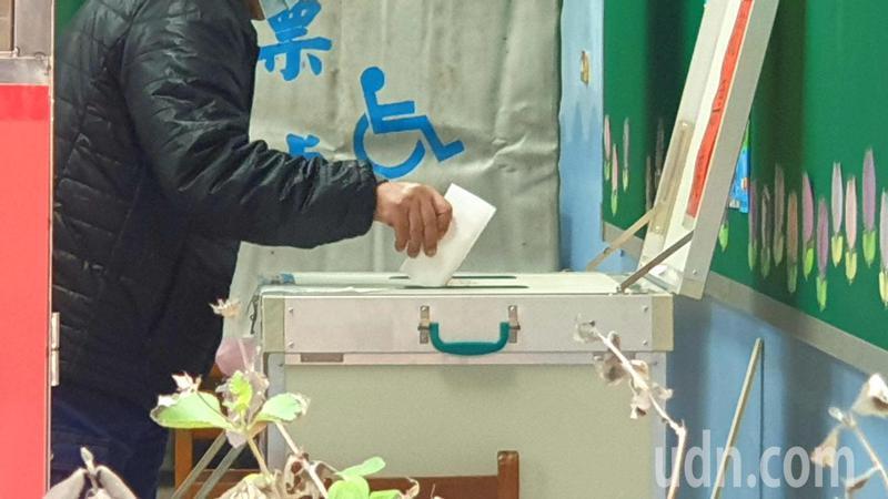 不分投開票所一早就陸續有民眾到場完成投票。記者鄭國樑/攝影