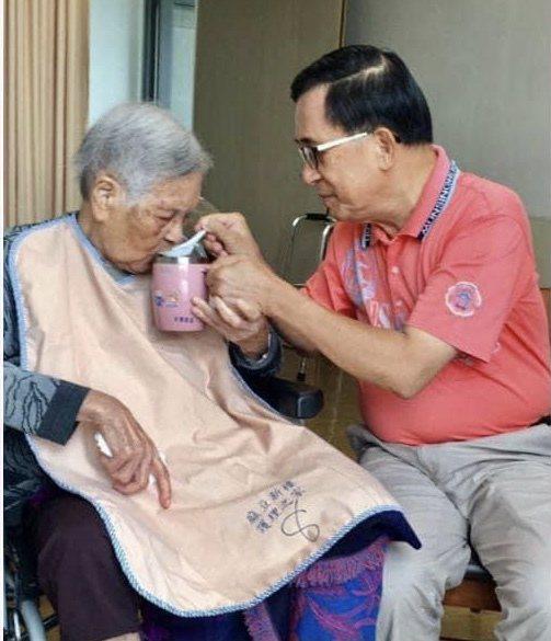 陳水扁多次在臉書貼出和母親陳李慎的互動,在扁媽晚年細心照顧令人動容。圖/取自陳水扁臉書