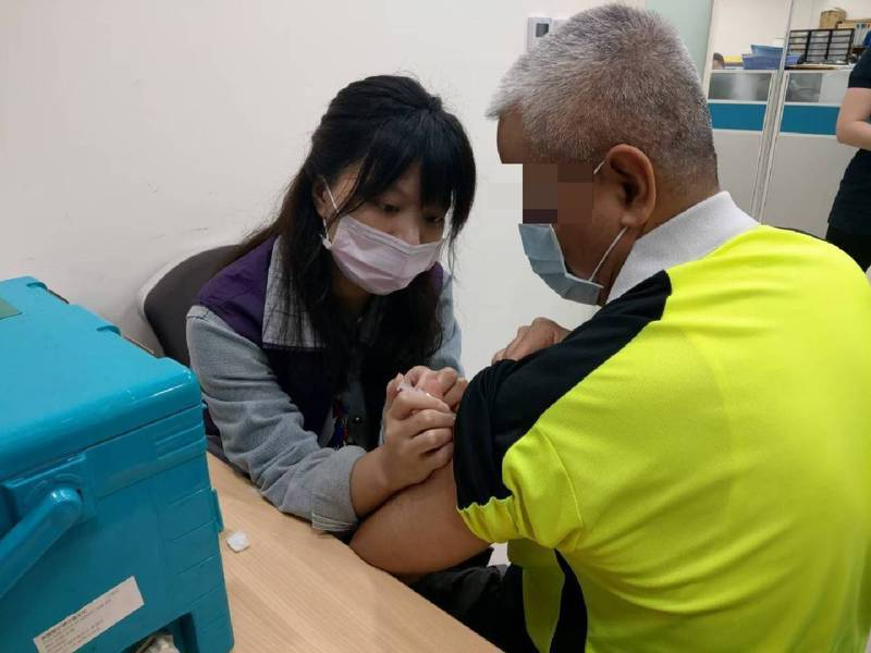 桃園市流感疫苗剩餘1.5萬劑,由於近日氣溫變化大,呼籲民眾儘速施打以預防流感上身,保護自己也是保護家人。圖/桃園市衛生局提供