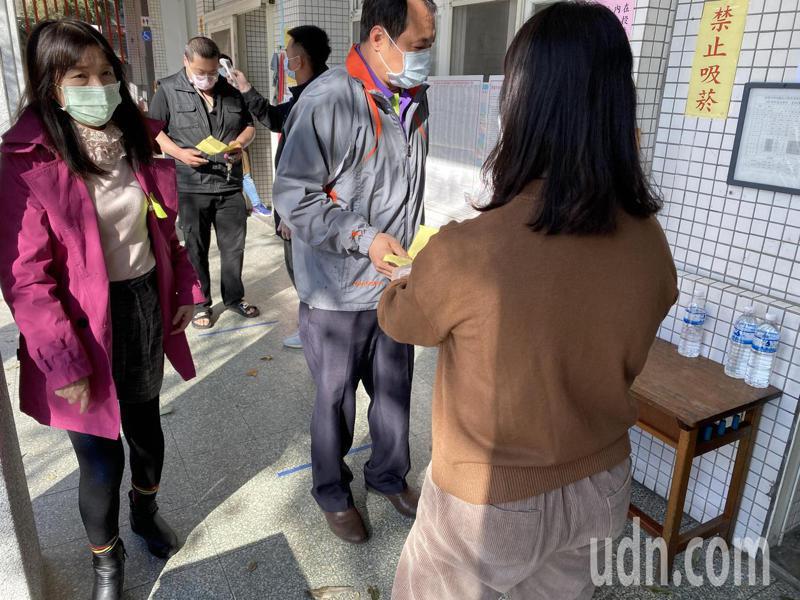 中壢新街國小等部分投開票所今早8點起陸湧入前往投票的民眾。高宇震/攝影