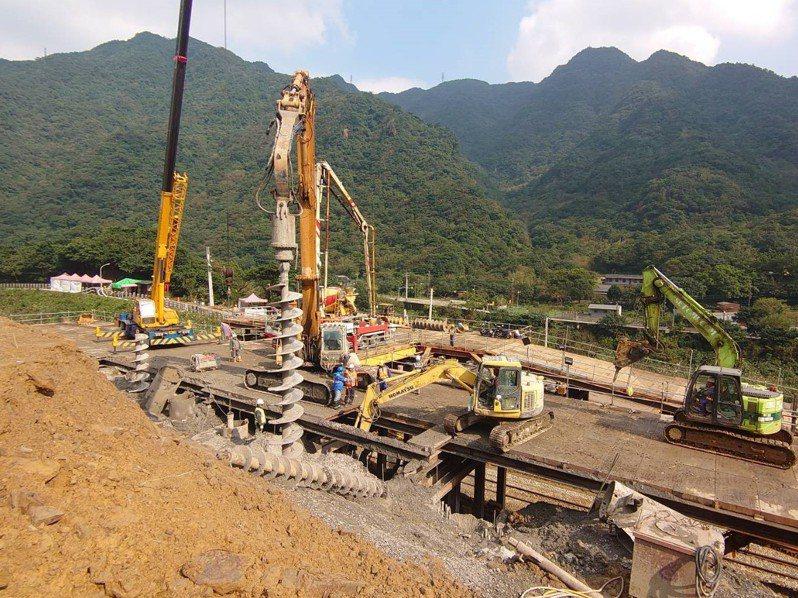 台鐵猴硐坍方段持續搶修中。圖/台鐵提供