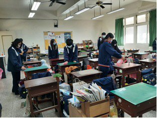 大甲高中爆發疑諾羅病毒群聚感染事件,校方積極進行校園消毒。圖/大甲高中提供