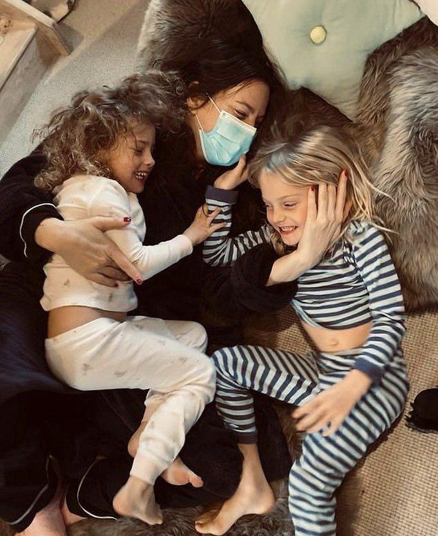 麗芙泰勒開心和子女相聚,仍不敢脫口罩。圖/摘自Instagram
