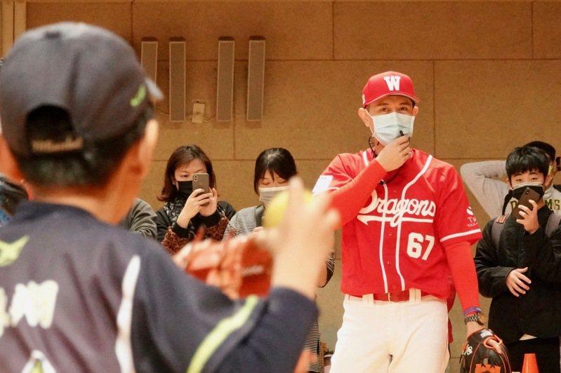 吳東融穿上味全龍隊球衣現身,在「接棒未來迷你棒球賽」指導小球員。記者蘇志畬/攝影