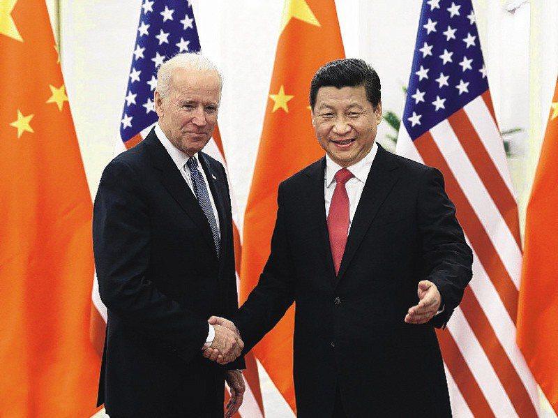 國安人士分析,大陸國家主席習近平(右)第二任後大權獨攬,對港跟對台政策緊縮,因此拜登(左)的對中政策也回不去了。新華社