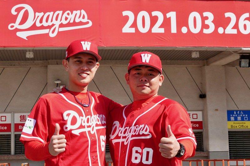 捕手劉時豪(右)穿上味全龍隊球衣,在天母棒球場前與新隊友吳東融合影。記者蘇志畬/攝影