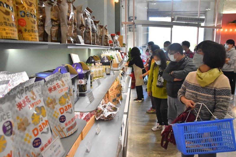 冬山鄉農會「良食農創園區」有小農、青農等農特產品推廣區,標榜消費者可跟農友面對面,縮短彼此距離。記者張議晨/攝影