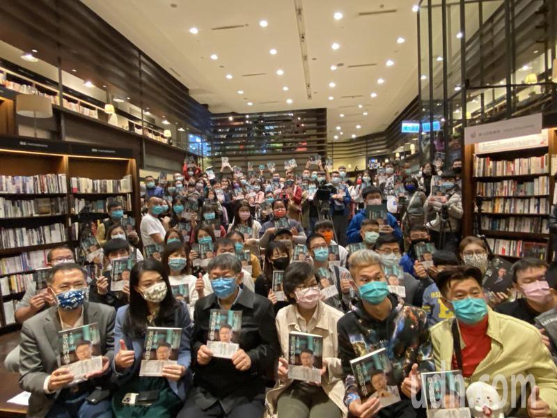 台北市長柯文哲今天下午為新書「生死之間 2:葉克膜的故事」南下台中會讀者。記者趙容萱/攝影