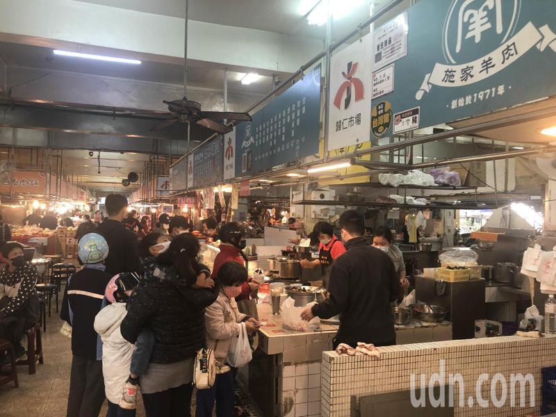 羊肉湯店「施家羊肉」門庭若市,業者表示羊肉上漲成本目前自行吸收。記者周宗禎/攝影
