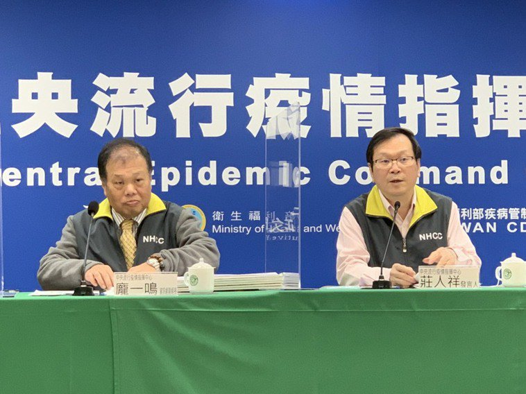 莊人祥(右)表示,目前第一圈疫調匡列468人陰性,該院擴大篩檢計畫指示辦理原則為...