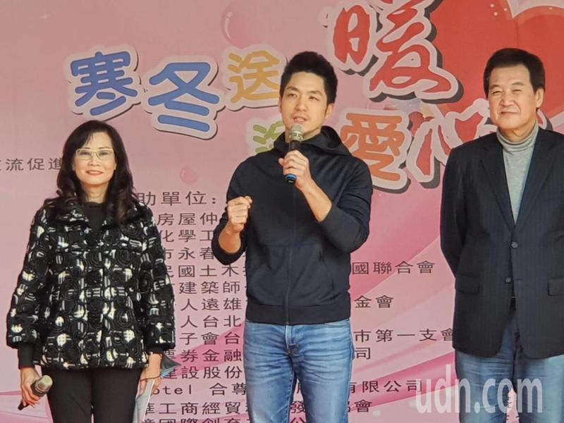 國民黨立法委員蔣萬安、費鴻泰下午參加市議員秦慧珠舉辦的「2021寒冬送暖送愛心」公益園遊會。記者楊正海/攝影