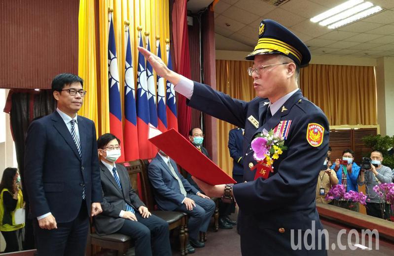 高雄市警察局長黃明昭今天宣誓上任,由市長陳其邁(左)監誓。記者林保光/攝影