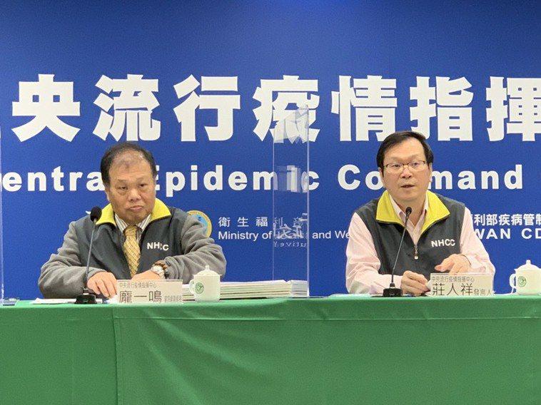 指揮中心發言人莊人祥(右)今公布,國內新增7例新冠肺炎境外移入確診個案。記者陳雨...