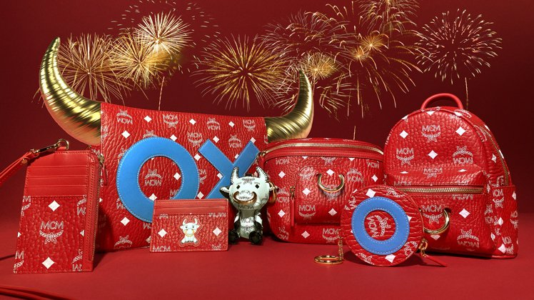 MCM牛年系列用鮮豔紅色MCM經典Visetos圖案,搭配奪目的藍色OX字母。圖...