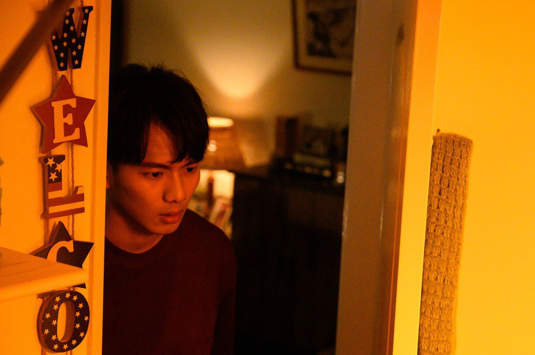 吳念軒在「粉紅色時光」戲中,推門撞見方志友床戰。圖/TVBS提供