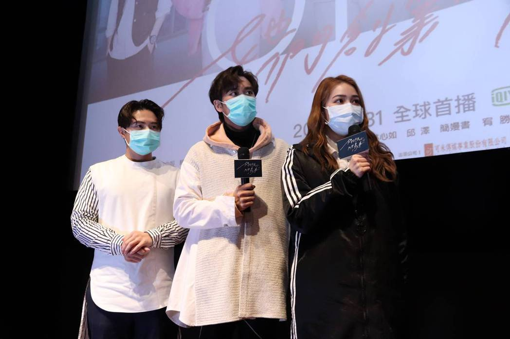 告五人犬青(右起)、潘雲安、哲謙分享映後感想。圖/可米傳媒提供