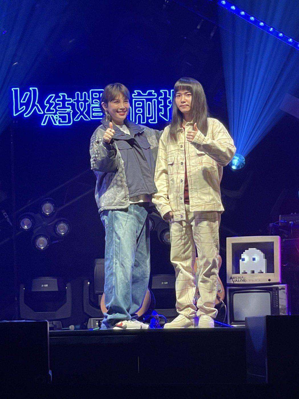 金曲新人持修(右)首場音樂會邀來金曲歌后魏如萱擔任嘉賓。記者王郁惠/攝影