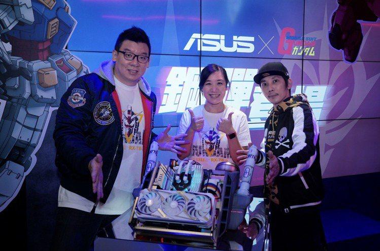 (左起)喬老師、華碩聯合科技開放平台副總經理江尹涵、AK Mod共同啟動ROG鋼...