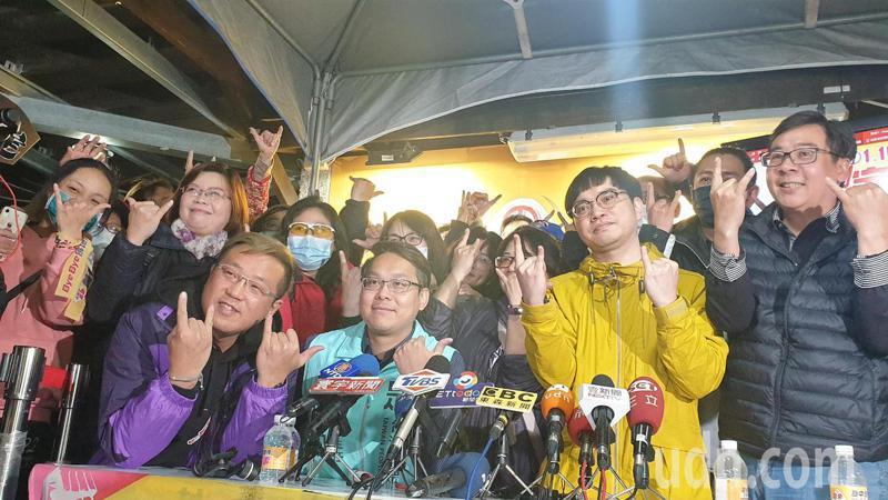 霸王總部熱烈慶祝罷免王浩宇成功。記者鄭國樑/攝影