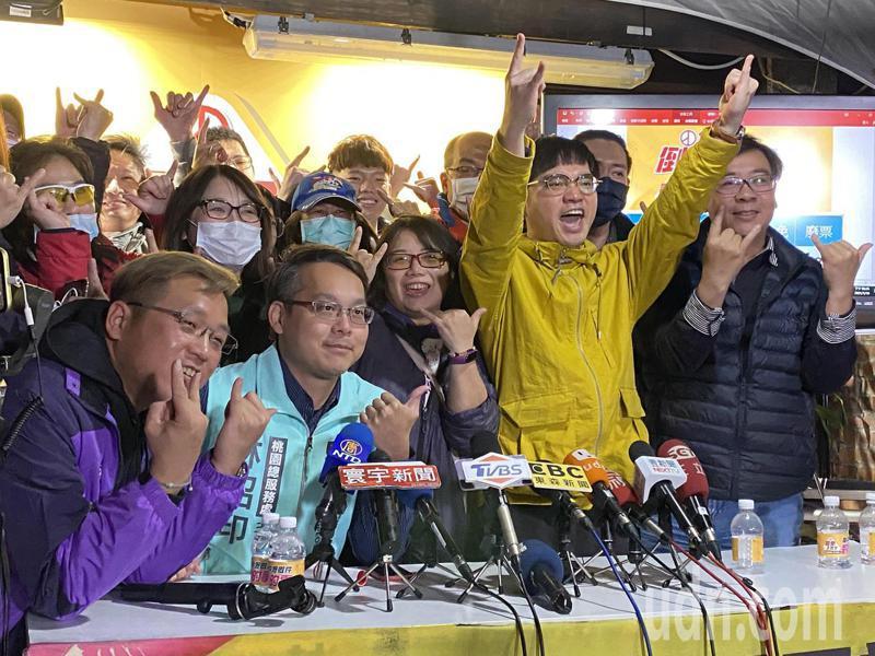 王浩宇罷免成功,罷王總部人員不禁歡呼。記者高宇震/攝影