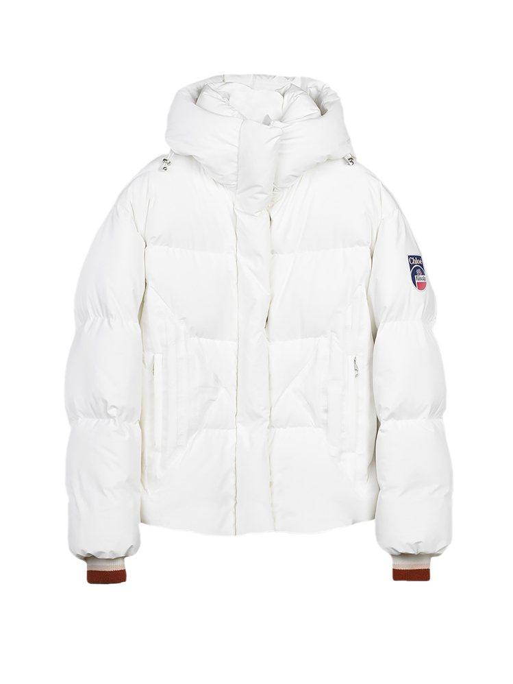 Fusalp x Chloé聯名系列白色羽絨夾克,71,400元。圖/Chloé...