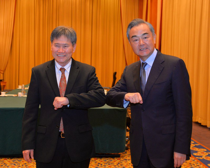 1月14日,在汶萊斯里巴加灣市,大陸國務委員兼外長王毅(右)會見東協秘書長林玉輝。新華社